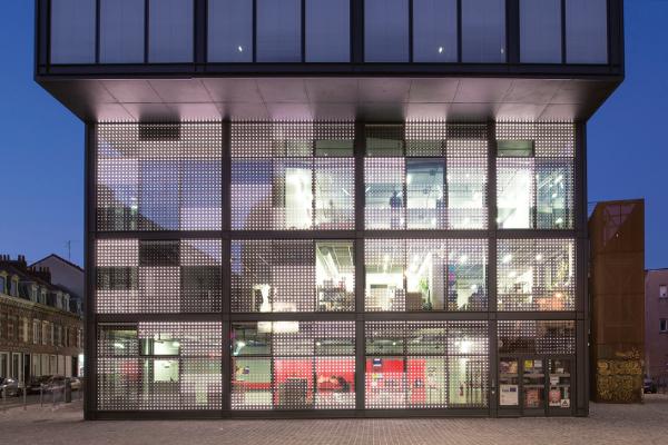 Les Leds, intégrés au vitrage Glassilec Motion d'AGC, sont contrôlés individuellement. La façade devient support de création ©AGC