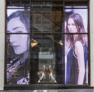 Le magasin Zara à Hong-Kong est situé sur l'une des avenues les plus chères du monde. Grâce au verre digital, la vitrine devient écran et projette images et vidéo. Les panneaux atteignent 8 m de haut © Ice Led Screens