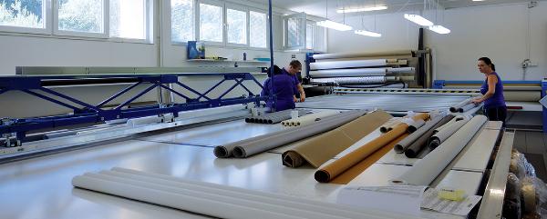 L'atelier de coupe des toiles de stores avec tables automatiques, thermosoudure, pliage, collage... va bientôt s'étendre lui aussi dans un nouvel espace ©V&MA