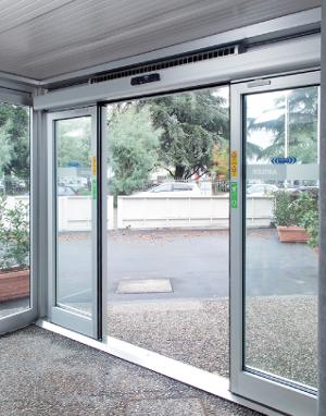 Air Slide, dispositif monobloc intégrant les automatismes d'ouverture et le rideau d'air. ©Faac