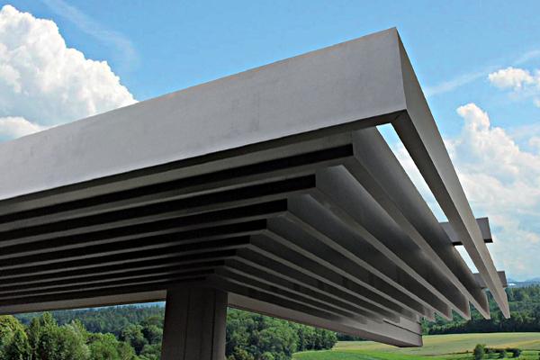 ... dont la dernière pergola Solombre, qui choisit une ingénieuse verticalité pour une protection solaire esthétique ©Veranco