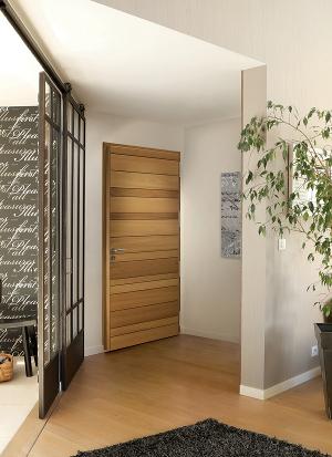 Opus 1 Duo, la porte Zilten mixte bois (red cedar)/aluminium, objet déco : 22 coloris thermolaqués (11 satinés et 11 texturés) en extérieur et 4 teintes bois en intérieur ©Zilten