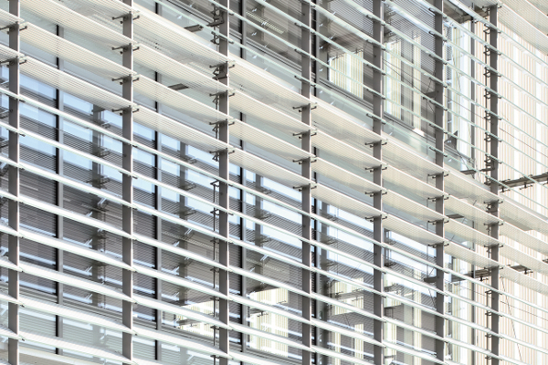 AGC Glass Building : ventelles en verre mobile et sérigraphiées, conçues par Philippe Samyn et développées conjointement avec le Centre R&D d'AGC. Architecte : Philippe Samyn and Partners sprl architects & engineers - BEAI sa, associés à la société d'entreprise générale Van Roey ©Jean-Michel Byl - AGC Glass Europe