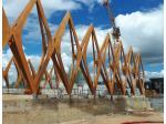 Les équipes Charpentes Fournier réalisent une structure cintrée en bois lamellé collé