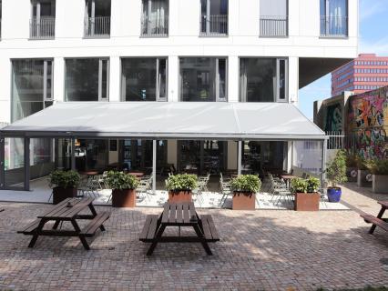 """markilux habille l'Hôtel Schulz et embellit la vue sur le """"Mur de Berlin"""""""