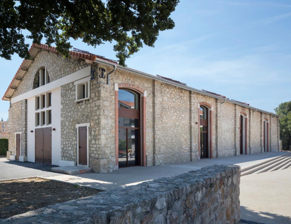 A Mouans-Sartoux, un bâtiment industriel réhabilité  en Centre Associatif avec les menuiseries Kawne