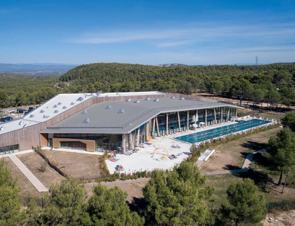 Un mur-rideau KAWNEER monumental pour une piscine belvédère sur la canopée provençale