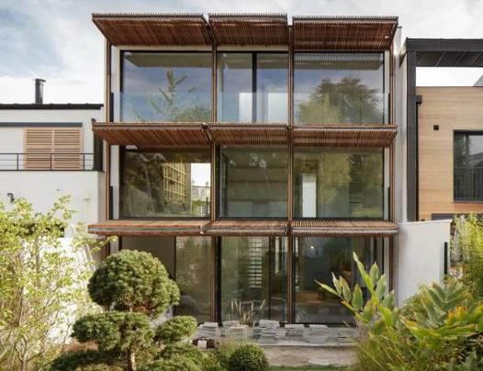 Une maison de verre s'intègre parfaitement au paysage grâce aux ouvertures Technal