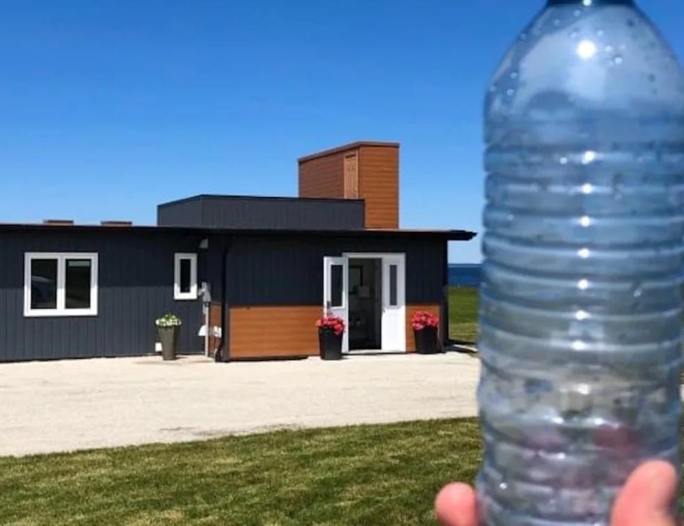 Une maison construite avec 612 000 bouteilles en plastique recyclées